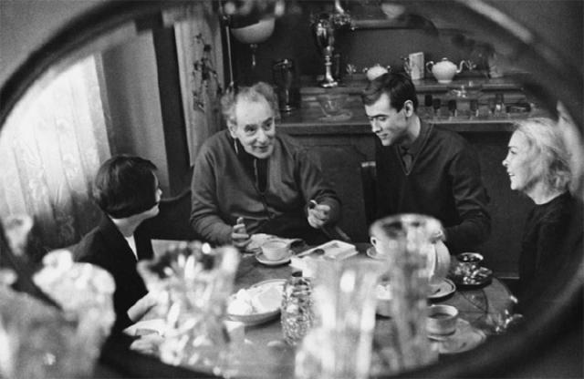 Среди прочего академик Ландау любил помогать мужьям, у которых не хватало денег на встречи с любовницами: пустить тайных влюбленных в свою квартиру или дачу, дать денег на поездку, на ресторан, на другую романтику и эротику.