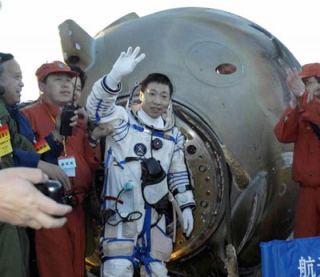 """Рассказы Ливэя были поставлены под сомнение, поскольку в вакууме распространение любого звука невозможно. Но во время последующих миссий """"Шэньчжоу"""" в космосе два других китайских астронавта услышали тот же стук."""