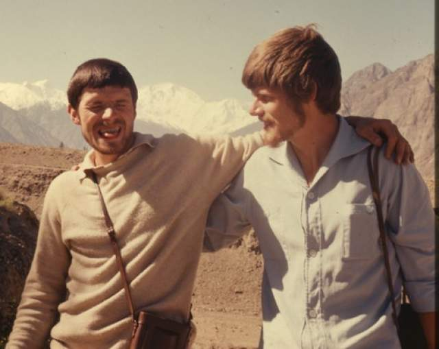 Необходимо знать предысторию начала соло-восхождений Месснером. С самого начала спортивной карьеры альпинист много раз совершал серьезные восхождения в Альпах, но история знакомства с Гималаями началась печально. В 1970 году при восхождении на Нангапарбат (8126 м) погиб брат и напарник Райнхольда Гюнтер, а едва уцелевший, но обмороженный Месснер лишился впоследствии семи пальцев на ногах.