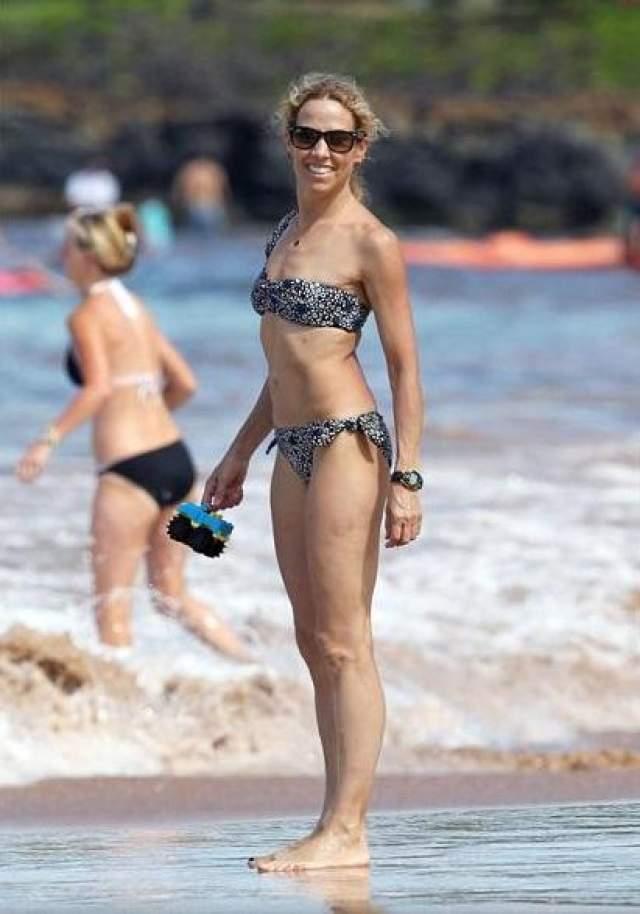 В 57 лет Шерил Кроу радостно улыбается на пляже. А кто бы не радовался жизни, имея такое тело, как у нее?