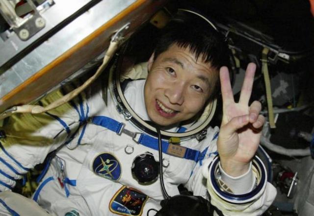 В 2003 году Ян Ливэй , ставший первым китайским астронавтом, побывавшем в космосе, также стал свидетелем необъяснимого.