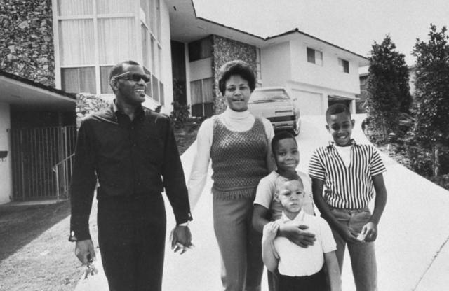Рэй Чарльз. Великий музыкант стал отцом 12 детей, родившихся от девяти разных женщин, причем, только трое сыновей родились в браке.