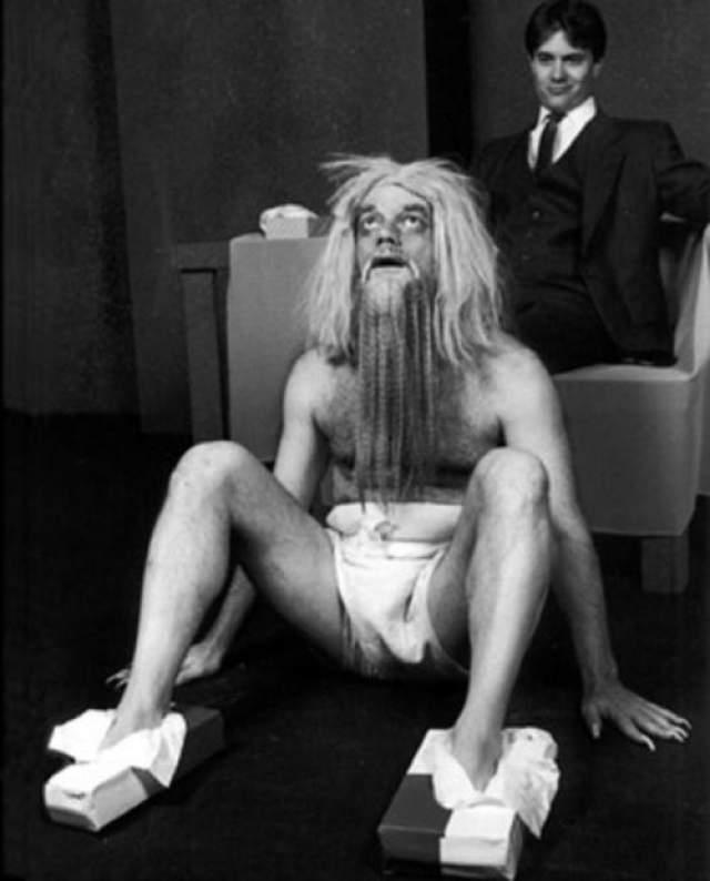 Магнат выкупил последний этаж в Beverly Hills Hotel, чтобы целиком погрузиться в собственное безумие. Сначала персоналу было запрещено смотреть постояльцу в глаза. Затем Хьюз потребовал, чтобы слуги развешивали его завтраки на ветках деревьев. Миллиардер бегал голышом по саду, радуясь каждому добытому бутерброду, как пещерный человек.