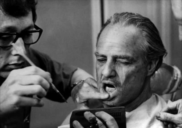 """Марлона Брандо гримируют для роли в фильме """"Крестный отец"""" (1972). Во время съемок Брандо приходилось носить специальную капу, чтобы его челюсть походила на челюсть бульдога."""