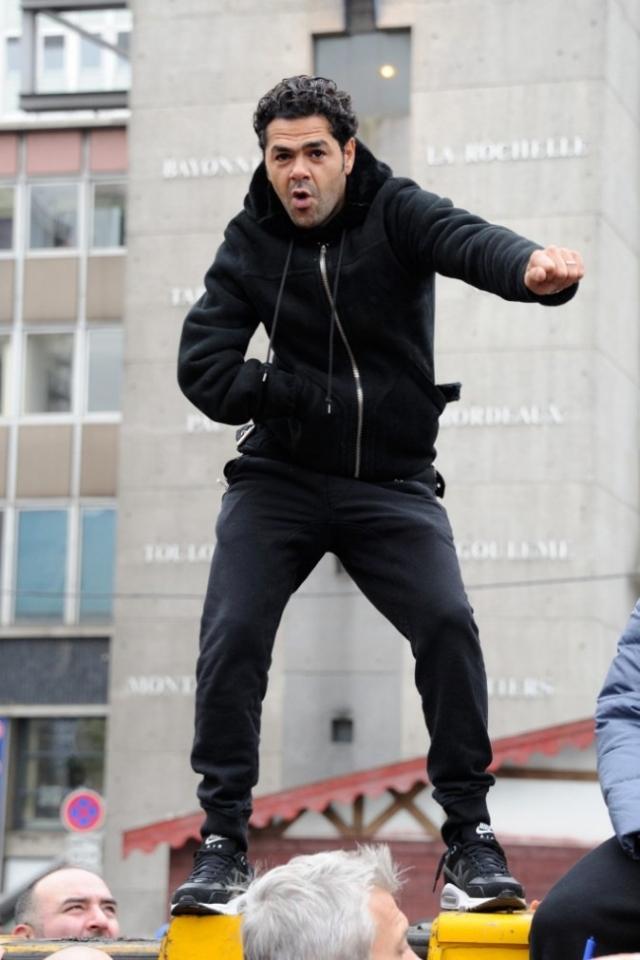 Французский актер, продюсер и шоумен Джамель Деббуз несмотря на маленький рост (165 см) и неприметную внешность, на сегодняшний день один из самых востребованных во Франции. Его юмористическое шоу смотрят тысячи зрителей.