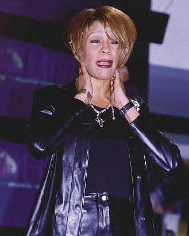 """Позже сообщалось, что голос Хьюстон был дрожащим, она казалась отрешенной, ее отношение было небрежным, почти вызывающим. Во время исполнения запланированной песни """"Over the Rainbow"""" она начала петь другую песню, """"American Pie""""."""
