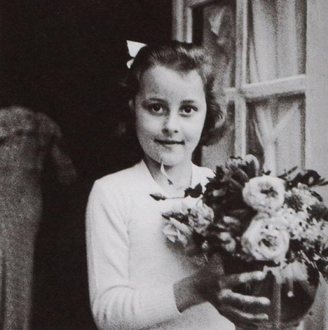 Коко Шанель. Будущая звезда моды родилась в Сомюре в 1883 году, ее мать умерла при тяжелых родах, а когда Габриель едва исполнилось двенадцать, ее с четырьмя родными братьями и сестрами оставил отец. Дети были тогда на попечении родственников и провели некоторое время в приюте.