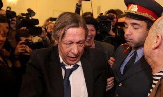 А вот пьяного Михаила Ефремова увели из фойе театра, где он устроил дебош.