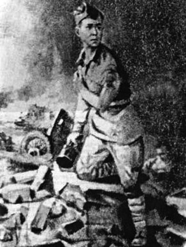 Когда немецкие танки пошли в обход позиции артиллеристов, Иван Герасимов встал, выбрался из ровика, прижимая культей правой руки к груди противотанковую гранату, выдернул зубами чеку и лег под гусеницу головного танка.