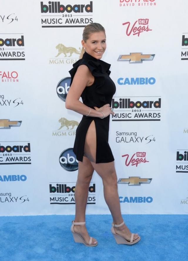 """Кеша. Певице, видимо показалось ,что платье недостаточно короткое, поэтому добавила еще и разрезы """"до пупка""""."""