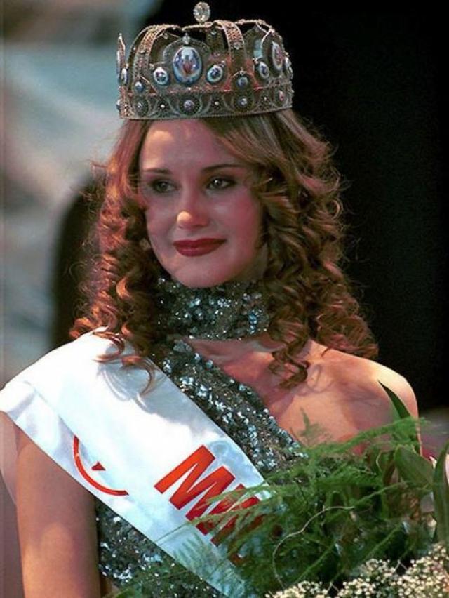 Анна Круглова. 1999-2000. Победила в конкурсе русоволосая студентка из Казани.