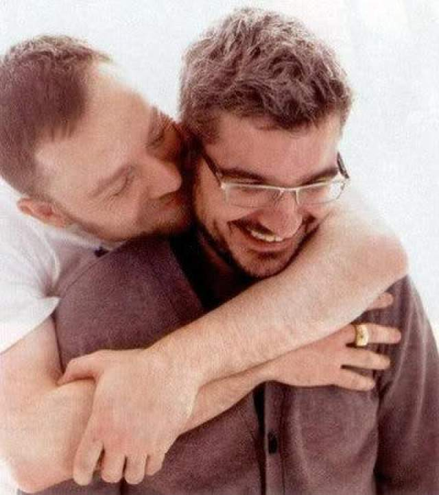 19 июня 2005 года певец и композитор Даррен Хейз, один из основателей дуэта Savage Garden, внезапно заключил в Лондоне гражданское партнерство со своим другом Ричардом Каленном, с которым встречался до этого.