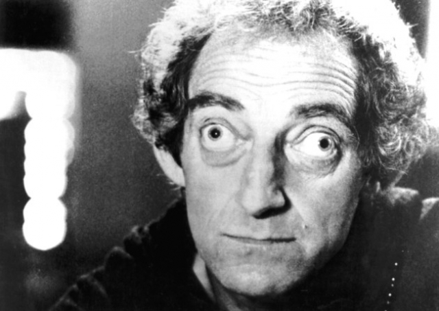 Марти Фельдман. Английский писатель, комик и обладатель премии BAFTA стал известен всему миру благодаря своим выпученным глазам, что является результатом гиперактивности щитовидной железы.