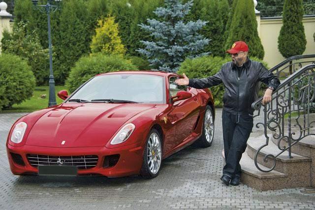 Михаил Шуфутинский. Втайне известный исполнитель шансона обожает дорогие автомобили. К примеру, в 2010 году он купил Ferrari 599 GTB Fiorano - машину из лимитированного выпуска в 599 экземпляров. Машина Шуфутинского была доставлена прямиком из Майями.
