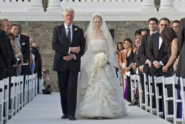 Челси Клинтон и Марк Мезвински ($5 млн). Дочь бывшего президента США сыграла свадьбу в 2010 году в компании 400 гостей. Невеста выбрала платье Веры Вонг.