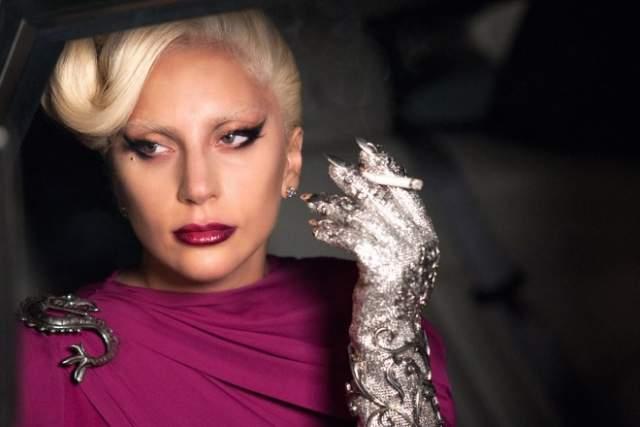 Леди Гага. Волчанка с 2010 года.При этом заболевании в организме происходит сбой, из-за которого иммунная система повреждает ДНК здоровых клеток. От этой болезни когда-то умерла тетя леди Гаги, Джоан, которую она даже не знала (родственница скончалась в 1974 году).
