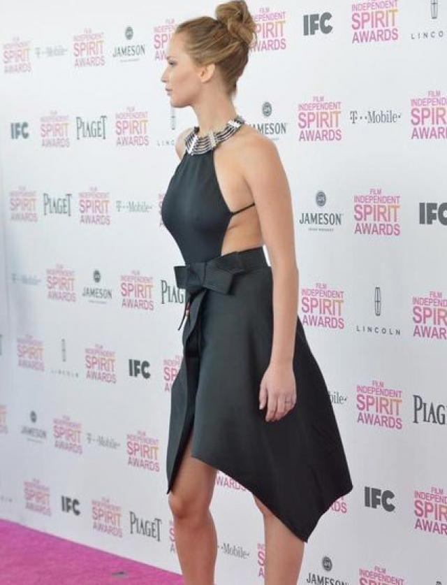 Дженнифер Лоуренс на церемонии вручения Independent Spirit Awards появилась в темном платье с открытой спиной от Lanvin. Со стороны груди ткань оказалась уж слишком тонкой и обтягивающей.