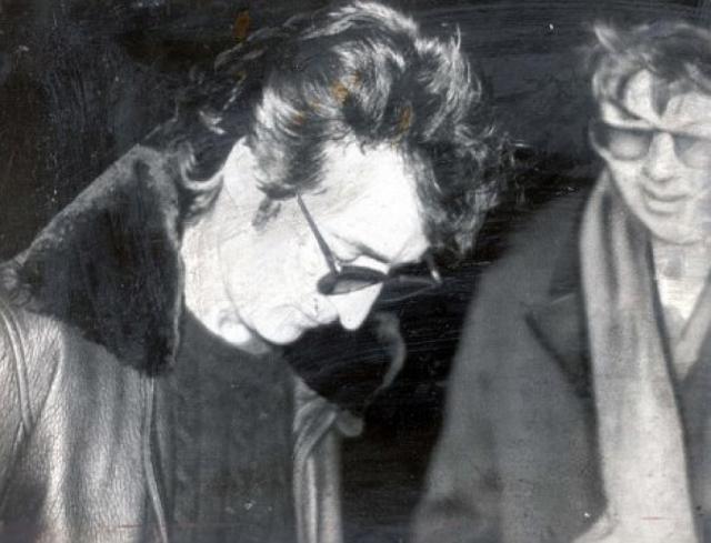 """Чепмен, ранее в этот же день взявший у Леннона автограф на обложку нового альбома """"Double Fantasy"""", который вышел тремя неделями ранее, сделал пять выстрелов ему в спину, из которых четыре достигли цели."""