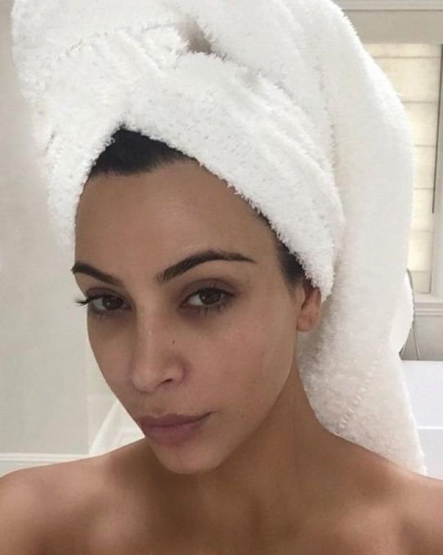 Конечно же, селфи без макияжа не преминула сделать и звезда Инстаграма Ким Кардашьян .