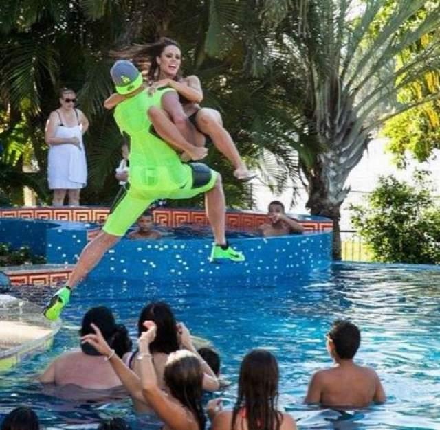 На собственные вечеринки Бейнон прибывает на вертолете, а большую часть времени гости проводят в бассейне.