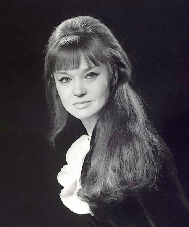Людмила Гурченко. Начала свою карьеру она именно певицей.