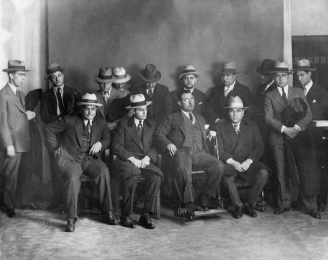 """В конце XIX в. тысячи сицилийцев, спасаясь от нищеты и клановых войн, перебрались в Америку. В крупных городах США возникла Cosa Nostra (""""Наше дело"""") – сеть сицилийских """"семей"""", контролировавших казино, контрабанду, проституцию, незаконный оборот спиртного, табака и оружия, а также занимавшихся рэкетом."""
