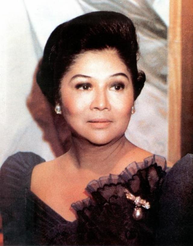 """В 1966 году Маркес стал президентом Филиппин, а его супруга — первой леди страны. В 1972 году Маркес отменяет конституцию и фактически вводит в стране диктатуру на долгие 20 лет. Свободный доступ к бюджету страны """"окрыляет"""" первую леди: она скупает всё подряд - баснословно дорогие ювелирные украшения, дизайнерские наряды и предметы роскоши."""