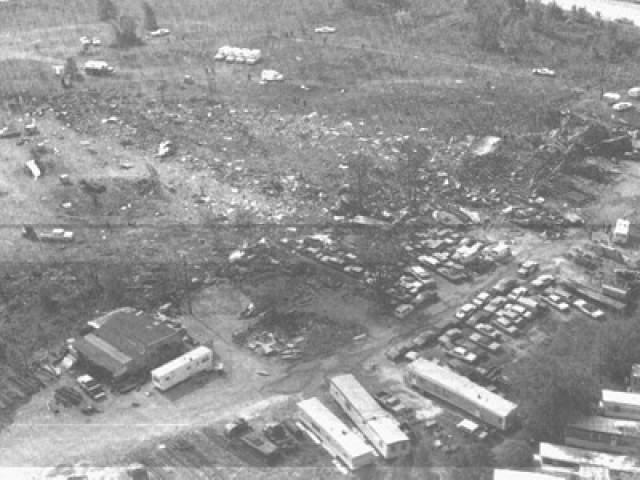 Этим пассажирам предложили пересесть на рейс 853 компании Allegheny, так как им было по пути. На это согласились 38 человек, и рейс 853 был вынужден задержаться.