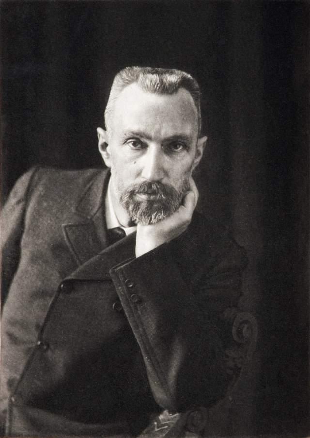 Пьер Кюри 19 апреля 1906 года в Париже Кюри, приходя дорогу, поскользунлся, упал и попал под конный экипаж. Колесо телеги раздавило ему голову.
