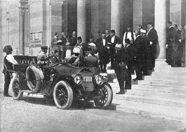 Водитель эрцгерцога Франца Фердинанда повернул не на ту улицу Убийство австрийского эрцгерцога Франца Фердинанда и его жены Софи в Сараево 28 июня 1914 года считается событием, которое послужило формальным поводом к началу Первой мировой войны.