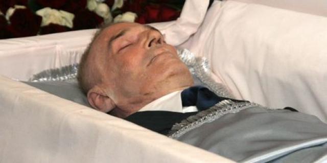 Как российские, так и израильские доктора пришли к заключению, что рак легкого возник из-за многолетнего курения. Александр Абдулов ушел из жизни в возрасте 54 лет 3 января 2008 года в 7:20 по московскому времени в Центре сердечно-сосудистой хирургии имени Бакулева.