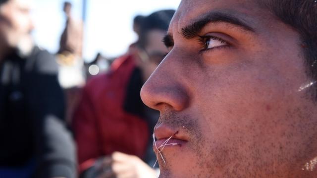 Граница Греции и Македонии, 23 ноября. Мигранты, зашившие себе рот