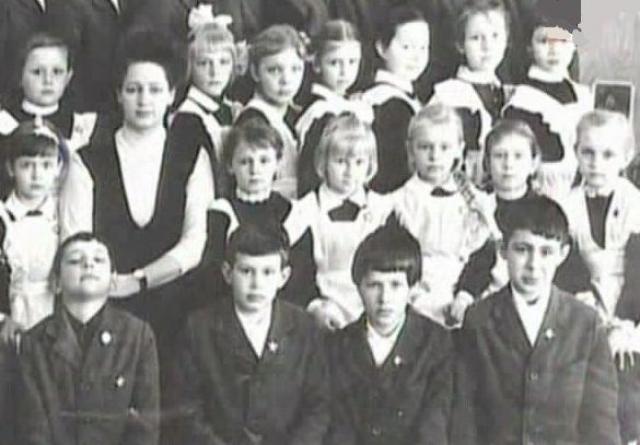 По характеру Сергей был тихим, замкнутым, стеснительным мальчиком, всегда отдавал предпочтение играм в одиночестве. Занимался в некоторых кружках и секциях, но особых результатов не достиг. Учился хорошо, закончил школу c серебряной медалью.