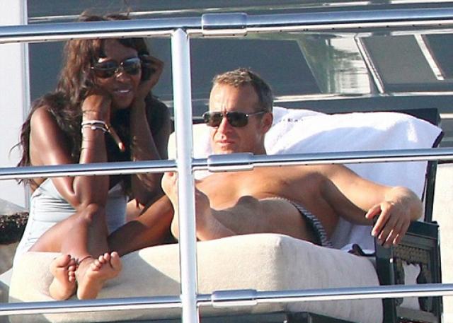 Модель с бойфрендом-олигархом частенько попадают в объектив папарацци на борту роскошной яхты.