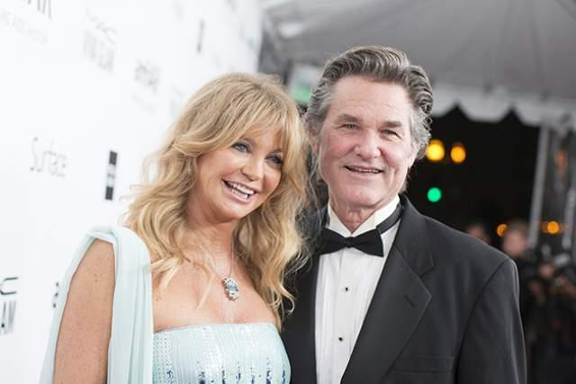 """Голди Хоун и Курт Рассел. Вместе с 1983 года. Рассел увидел в 16-летнем возрасте Хоун на телеэкране и влюбился. А на съемках мюзикла """"Один-единственный семейный оркестр"""" ему представилась возможность лично познакомиться с девушкой."""