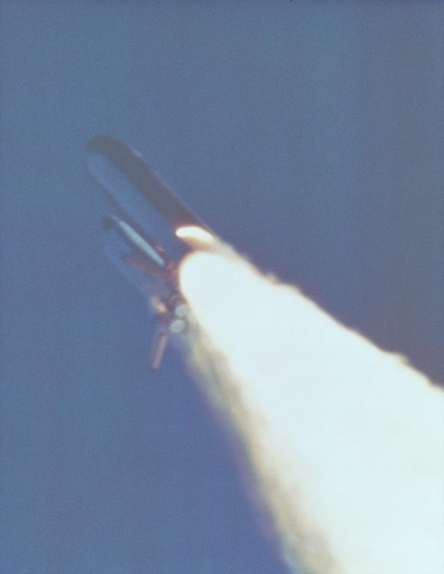 Спустя 58,788 секунд после старта камера наблюдения зафиксировала шлейф пламени, вырывающийся у основания правого ускорителя - горячие газы начали прожигать отверстие в стенке.