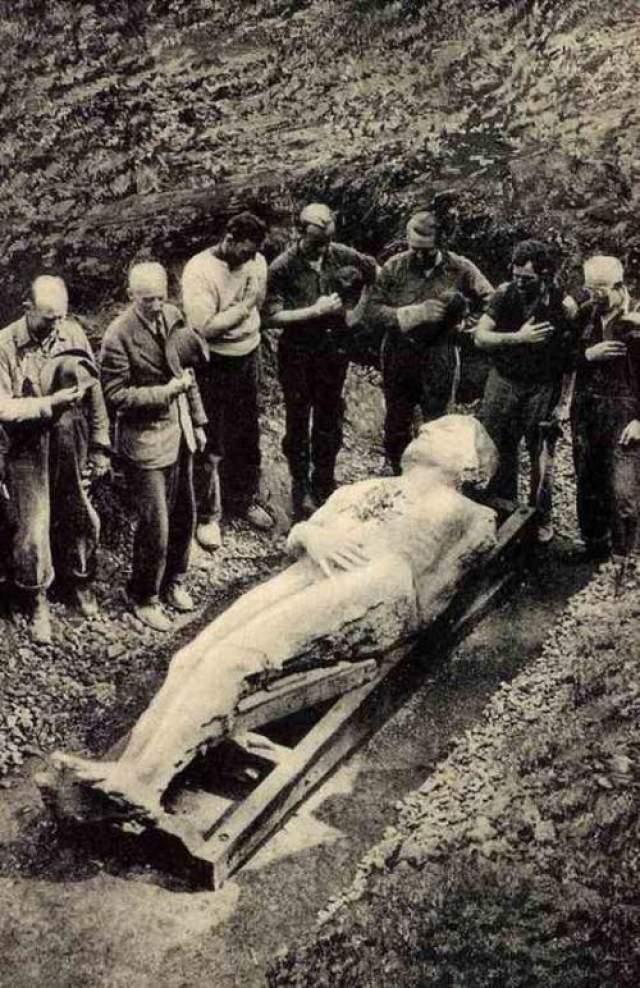 """В ноябре 1868 года Джорж Халл в ящике с надписью """"машины"""" отправил каменного Голиафа по железной дороге в Кардифф. Вечером статую привезли на ферму к двоюродному брату Халла - Стабу Ньювеллу. Под покровом ночи хозяин фермы вместе со своим сыном закопали скульптуру между домом и амбаром."""