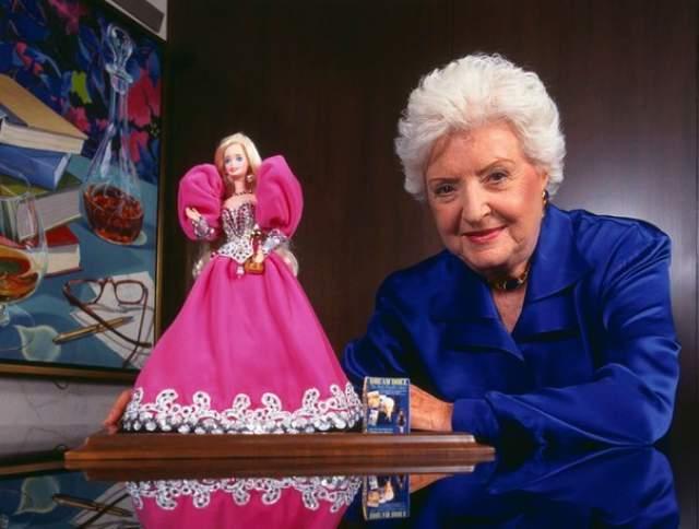 Уже в 10 лет Рут подрабатывала в аптеке своей сестры, а учебу в школе забросила. В 1959 году, уже будучи замужем, вместе с супругом она придумала куклу Барби. В 1965 году их выручка от продаж составила 100 млн долларов.