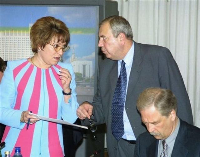 Валентина Матвиенко также частенько появляется в нарядах нескромного цвета.