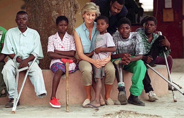 Во время миссий она лично присутствовала на операциях, общалась с людьми и прессой, беседовала с больными. Диана одной из первых начала борьбу со СПИДом и возглавила движение за прекращение производства противопехотных мин.