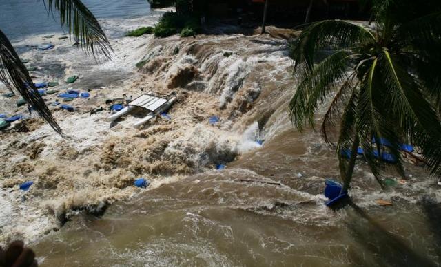 Высота волн превышала 15 метров. Цунами привело к огромным разрушениям и огромному количеству погибших людей, даже в Порт-Элизабет, в ЮАР, в 6900 км от эпицентра.
