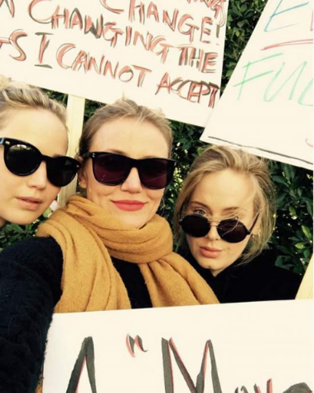 Впрочем, в январе 2018 года Кэмерон вместе с подругой Адель поучаствовала в митинге против Трампа, где звезды отстаивали идеи феминизма. И выглядела Диаз довольно хорошо, хоть и прикрылась плакатами и слоями одежды.