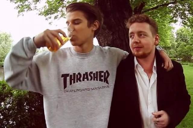 В видеосюжете Григорий Мамурин гуляет по центру Москвы и предлагает девушкам и парням выпить стакан его мочи.