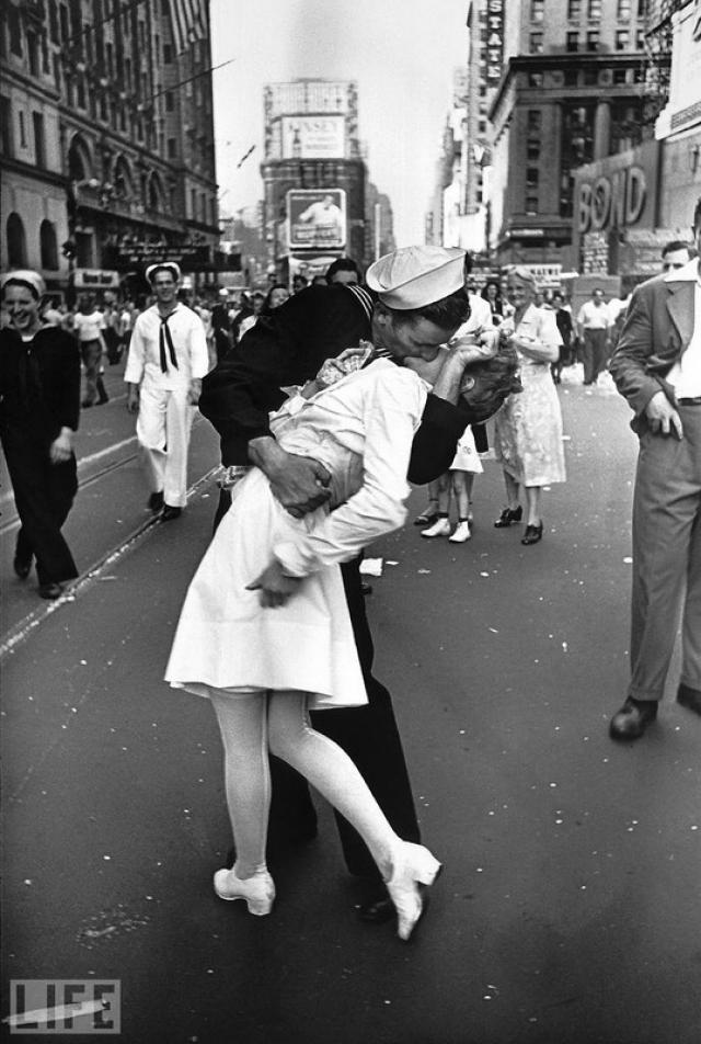 Поцелуй (The Kiss, Alfred Eisenstaedt, 1945). Одна из самых известных фотографий. Поцелуй моряка и медсестры после объявления об окончании войны.