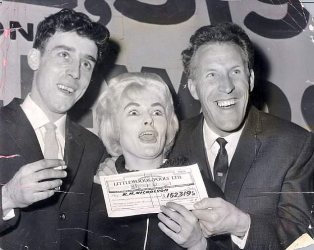 Пройдемся еще по заграничным счастливчикам. Вивиан Николсон (Vivian Nicholson) — самая знаменитая обладательница выигрыша в лотерею. По состоянию на 1961 год, когда это все произошло, британка была сказочно богата!