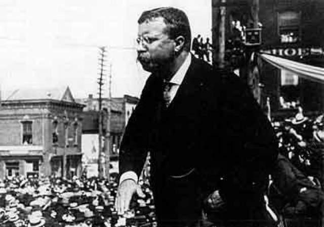 Как выяснили позднее, пуля вошла в грудь, но не пропила плевру, и было бы опаснее извлекать ее, чем оставить как есть. Рузвельт носил эту пулю в груди до конца жизни.