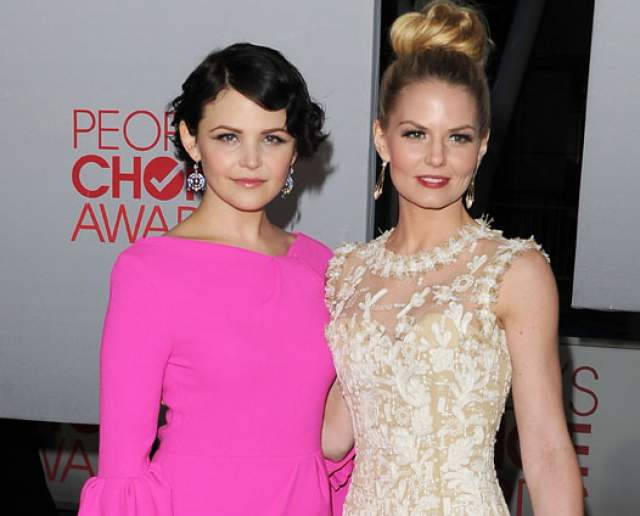 """Актрисы и сами отмечают свое сходство, фотографируясь вместе всем на радость. А еще они вместе работали в сериале """"Однажды в сказке""""."""