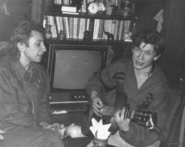 """""""БИ-2"""" . Группа была основана в городе Бобруйске, Беларусь, в 1988 году, хотя активную деятельность возобновила только после переезда в 1999 году в Россию"""