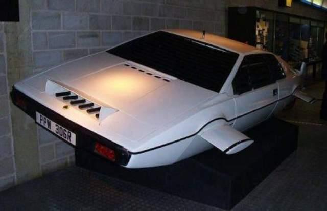 """Спорт-кар Lutus Esprit Автомобиль из фильма """"Шпион, который меня любил"""", на котором Роджер Мур в роли Джеймса Бонда не только ездил, но и плавал под водой. Всего для 10-й части """"бондианы"""" использовалось 6 автомобилей Lotus Esprit, и только один из них стал подлодкой. Ушел с молотка за 550 тысяч фунтов ($865 тыс.) на аукционе RM Auctions."""