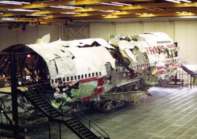 """Наконец в 09:13 с борта сухогруза """"Laurentian Forest"""" сообщили об обнаружении плавающих на поверхности воды обломков самолета. В течение нескольких дней из воды подняли около 50% останков самолета и 131 тело."""